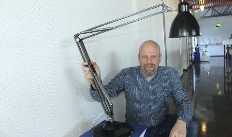 80 år: Slik så den første Luxo-lampen ut. Eksemplaret som Tommy Larsen viser fram, ble produsert på 50-tallet. I                  1970 ble Luxo etablert på Kirkenær. bilder: kenneth mellem