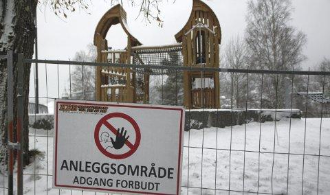 STENGT: Knust glass på bakken gjør at kommunen velger å stenge lekeområdet i Byparken.