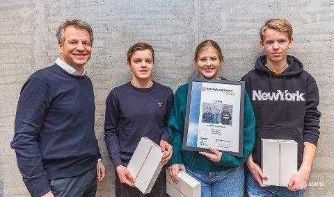 Direktør Trond Hagerud med årets vinnere - Martin Håkenrud, Jenny Aalborg og Jonas Østmoen.