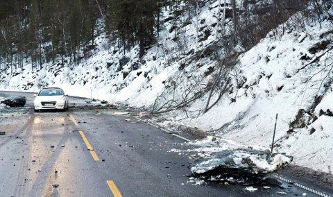 Det går an å passere, men steinspranget kommer brått på bilister på tur ned Ottdalen fra Lalm mot Otta.