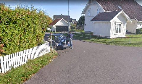 FANGET PÅ GOOGLE-KAMERA: I Gamleveien på Teie fanget Google-bilen en helt spesiell hendelse i fjor høst. Bla videre for flere bilder.