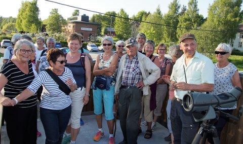 MANGE RUSLET: Mange var med på rusleturen til Bygdekvinnelaget der den lokale fuglespesialisten Even Raassum var guide.