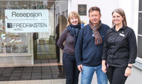 VIL LÅSE DEG INNE: f.v. Unni Kjellmann (Escape History AS), Ole Jonny Magnussen (styreformann ved Fredriksten hotell) og Marianne Olsen håper at escaperommene på Fredriksten hotell vil bli et populært tilbud.