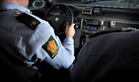 LA I JERN: Politimennene påsatte håndjern på mannen og kjørte ham til sentralarresten på Grålum.