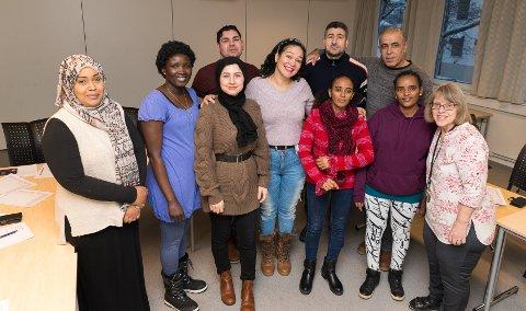 KLARE: Drømmer om å få jobber. Fra venstre: Jamela Mohammed, Aluel John, Farzana Husseini, Kellen Correa Maia, Lichia Nayzgi, Misgana Dawit Goitom og lærer xx. Bak f.v. herrene Rashid Ali Al-Saikh, Mohamad Zakira og Saleh Osman.