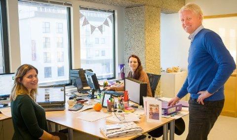 BLIR FRANCHISETAKER: Haugesund Travel med daglig leder Odd Erik Salvesen. I bakgrunnen: Line Snørteland Ånensen og t.v. Tania Melanie Uhlig