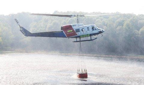 NYTTIG VERKTØY: Da det brant i lyng og skog ved Ryvarden i Sveio i slutten av mai 2012 ble et helikopter fra Helitrans benyttet i slukkearbeidet.