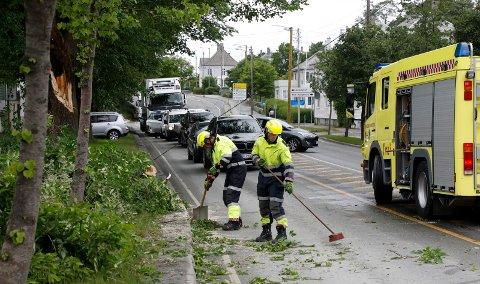 RASKT RYDDET: Klokken 11.45 hadde brannmannskaper med motorsag ryddet den sørgående veibanen.