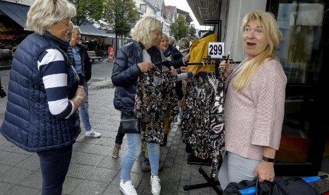 1 shopping hører med:  Astrid Berg, Elin Meling og Grethe Helen Dahl sjekker klesstativet hos Erik Jacobsen når de runder hjørnet ved Fiskerne. Herfra skiller gjengen lag. Foto: Alfred Aase 2 Bildetekst  3 Bildetekst  4 Bildetekst  5 Bildetekst