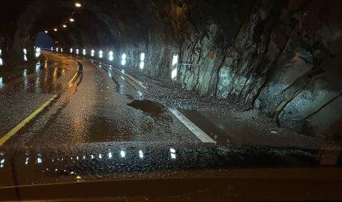 SYNDEREN: Dette hullet inne i Torgilsholtunnelen var skyld i mange punkteringer tirsdag kveld. – Slike slaghull skjer hele tiden, sier Statens vegvesen.