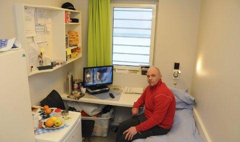 LIVET PÅ CELLE: ‒ Det er selvfølgelig ikke bra å sitte inne, men det gjør meg heller ingenting, sier Helge Droksås (38) fra Mo i Rana. Han soner i Mosjøen fengsel, og er en fri mann i september.
