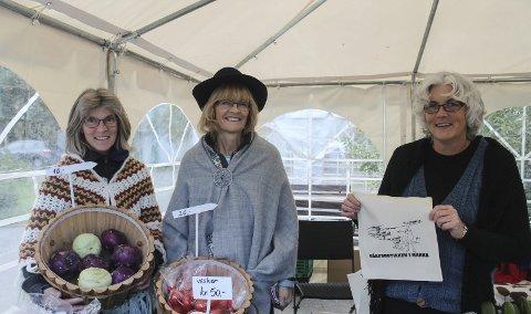 Populære varer: – Folk vet at de skal ha tomater, så smaker de knutekål, og da vil de ha det også, sier Marianne Norum (venstre). Her med Lillian Paulsen og Wenche Jørgensen.