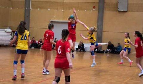 MHK (røde) drakter i en av sine kamper i Trondheim Cup