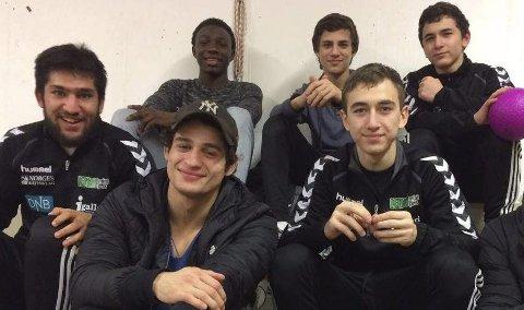 God stemning: bakerst fra venstre: Exauce Mukubu, Ramadan Tangijev, Gilani Dzortov. Foran fra venstre: Shokrullah Jahya, Islam Tangijev, Azir Dzortov. Azir vant gull i sin klasse,