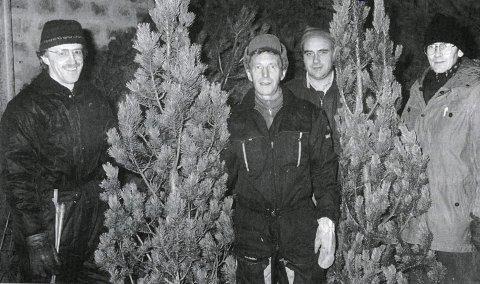 STABILT SIDEN 1975: Denne gjengen solgte trær i minst 20 år. f.v. Johan Storaunet, Torbjørn «Taba» Pedersen, Walter Rushfeldt og Erland Vedø. Arnfinn Hatlehol var ikke til stede da bildet ble tatt. Bildet er fra jubileumsboka til Vadsø turnforening.