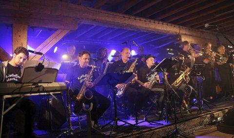 GOD STEMNING: Det var god stemning under konserten til Kjøllefjord Storband under årets Chrisfestival. Selv om festivalen hadde godt billettsalg, var flybillettene dyrere.foto: Henriette Baumann sand