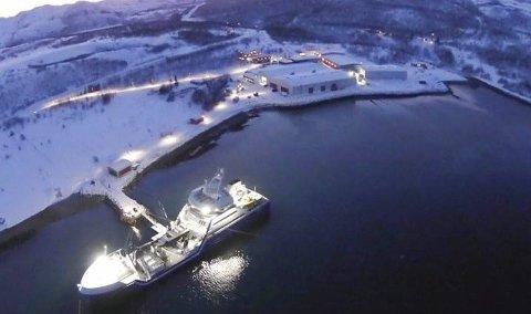 STOR SMOLTPRODUKSJON: Dette bildet viser anlegget slik det er i dag i Laksefjorden. Da bildet ble tatt foregikk det smoltlevering fra anlegget og inn i brønnbåten, som frakter smolten til sjølokaliteten.Foto: Gaute Sørflaten