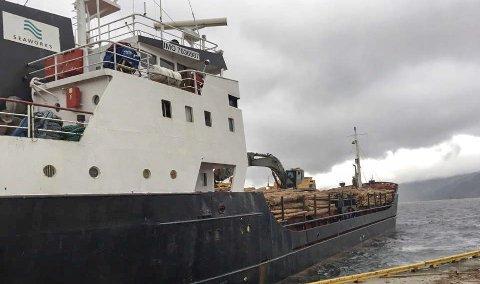 SOLGTE TØMMER: Her går den første båtlasten med massevirke furu ut fra Alta havn.Foto:Ole Andre Hestmo/FEFO
