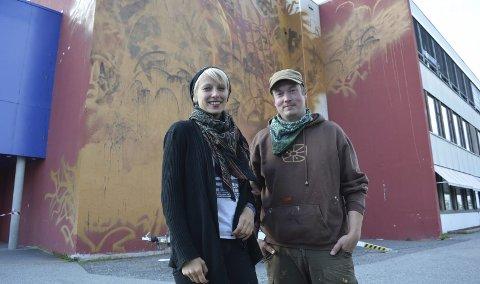 PUSHER HVERANDRE: Anders Sunna og Linda «Zina» Aslaksen jobber normalt alene, men i Alta samarbeider graffitikunstnerne. Det gjør at de selv er litt utenfor komfortsonen, noe som de begge synes er utfordrende på en positiv måte. Deres samiske og ulike bakgrunn legger også premissene i hvordan det kunstneriske uttrykket blir seende ut til slutt.