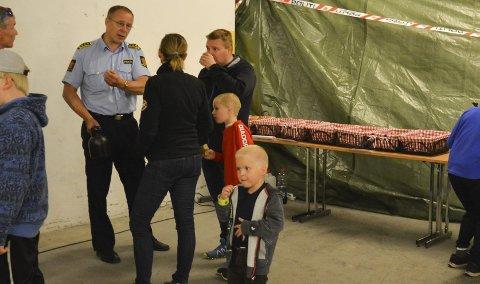 HILSTE PÅ: Det var mange som ville slå av en prat med Svein-Tore Nilsen & co. på lørdag. Både små og store trivdes nede i kjelleren på Alta lensmannskontor.