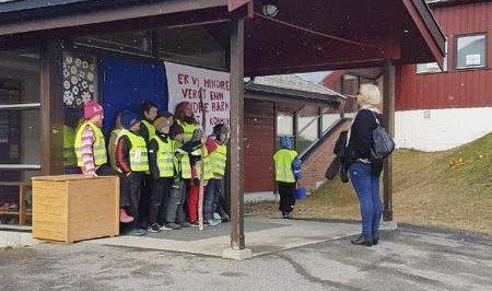 TOK DET PENT: Kåfjord-elevene stengte døra for rektor, Linn Fallsen, da de streiket på tirsdag. Rektoren og hennes ansatte hadde ingen elever bak pultene på tirsdag, men de forstår elevenes og deres foreldres frustrasjon. Foto: Tanja Nilsen