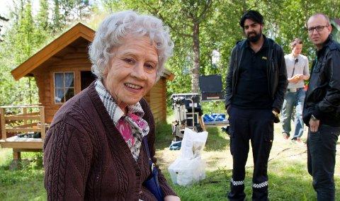 SOMMERUNDERHOLDNING I ENGLAND: Maria Bock fra Hammerfest spilte Tante Pose i TV-serien Hellfjord. Zahid Ali i bakgrunn spiller politimannen Salmander.