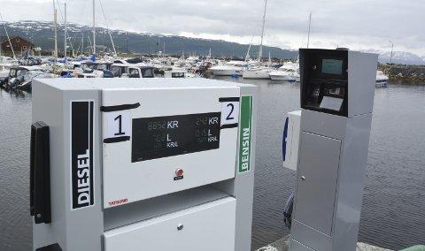 NYE TANKER: Pedersens Varmeservice AS har satt opp et nytt pumpeanlegg i båthavna i Skaialuft. Nå kan båteiere fylle både bensin og diesel i båthavna direkte på tanken.