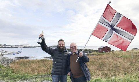 HAVNEJUBEL: Havnesjef Torfinn Vassvik og ordfører Trond Einar Olaussen fant fram både champagne og flagg da nyheten om 70 millioner kom. I bakgrunnen Gamvik Seafood.