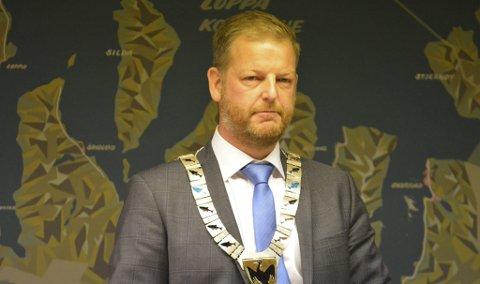 BEKYMRET: Loppa-ordfører Steinar Halvorsen må konstatere at hans kommune får mindre å rutte med. Han varsler at han vil ta opp sammenslåingssaken på nytt. - Det er dette vi har advart mot, sier Halvorsen.