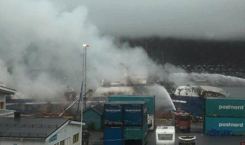 Det brenner fremdeles kraftig på den russiske tråleren ved kai i Breivika Havn i Tromsø.