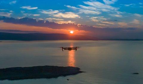 DRONE: Dette bildet av en drone over Porsangerfjorden er jo ganske idyllisk. Men verken Avinor eller Widerøe synes det er særlig morsomt med droner når de kommer for nært fly og flypasser. Illustrasjon.