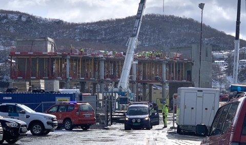 Nødetatene øver på tomta til det nye hotellet som bygges ved havna i sentrum av Harstad.