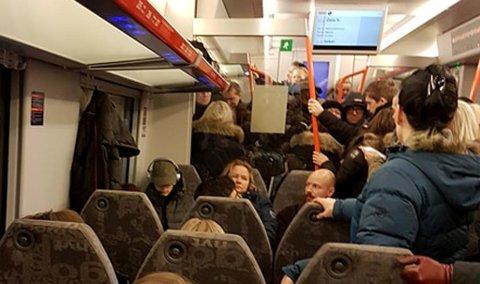 Trangt om plassen: Det er ikke enkelt å få sitteplass på toget mellom Sørumsand og Oslo i ruhstiden. Foto: Privat