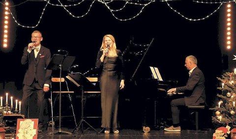 Heldigitalt: Og julestemning blir det fra skjerm med Arnstein Roch Øverland, Randi Gunhildstad og Rune Jensen. Foto: Sonja Sötje-Andresen