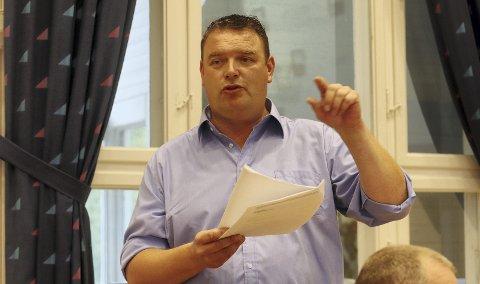Meget fornøyd: Styreleder Arild Brekke i Holmestrand næringsforening leste under frokostmøtet i Sande fra vedtaket om anskaffelsesstrategien fra kommunestyret. Foto: Pål Nordby