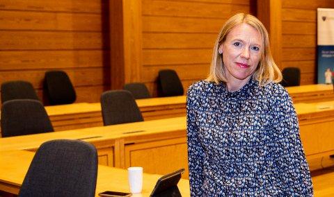 Anniken Huitfeldt, stortingspolitiker fra Jessheim ber arbeidsminister Torbjørn Røe Isaksen finne en løsning for flere tusen flyplassansatte som kan stå uten jobb 1. oktober