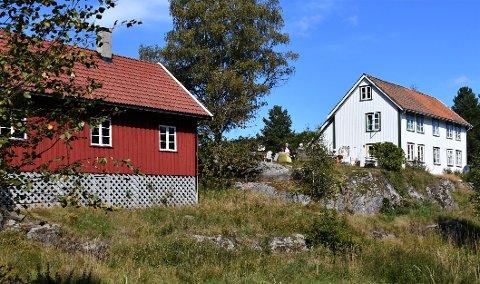 BRANNTILSYN: Heibø gård og den tilhørende Legatskauen eies av stiftelsen Jens Lauersøns legat.