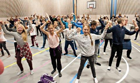 370 elever ved Raumyr skole deltok på blimE dansen i høst. Nå kan de juble over at skolen deres ble billigere enn kommunen hadde trodd.