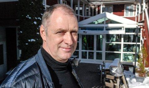 SØKER PARTNER: Helmut Hammerl driver Peckels. Han har lagt ut annonse om at han søker partner til Peckels og Eidsfoss Hovedgård, som han også driver. For ordens skyld, det dreier seg ikke om en kontaktannonse.