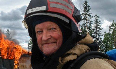 REDDET SKJÆRE: Kongsberg brann og redning gjør mye forskjellig - inkludert å redde fugler som har satt seg fast i piper. Her er Morten Sivertzen, fotografert i forbindelse med en brannøvelse.