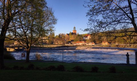 VAKKER MORGEN: Sola skinner på fossen og Kongsberg kirke onsdag morgen. Sola står nå opp 05.01 og går ned 21.36.
