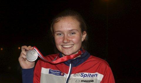 SØLVJENTE: Åsne Haavengen viser fram den første NM-medaljen. FOTO: ERIK BORG