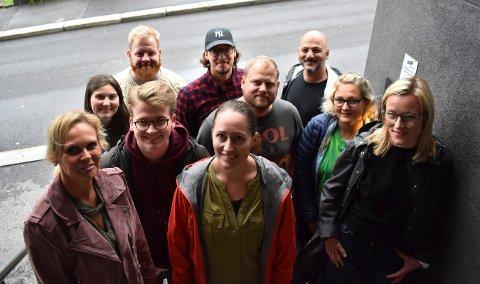NYE FJES: Foran fra venstre: Mary-Ann Lokshall Tabrizi, 39 (Frp), Tone Lohndal Hogstad, 37 (Sp) og Line Spiten, 38 (Høyre). I midten fra venstre: Vilde Haavardsrud, 25 (MDG), Simen Murud, 20 (Høyre), Bjørn Flo Knudsen, 38 (Venstre) og Tone Laila Odden, 32 (Sp). Bak fra venstre: Njål Vigleik Grene Johnsen, 37 (SV), Morten Espe, 34 (Kbglista) kom ikke med og Mosh Mojtaba Estakhri 39, Frp.