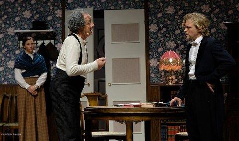 I 2019: Kongsberg teaterlag viste «Vildanden», og satser neste år på et nytt Ibsen-stykke. Fra venstre: Isabel Slaaen som Gina Ekdal, Tommy Johansen som gamle Ekdal og Kenneth Flatin som Hjalmar Ekdal