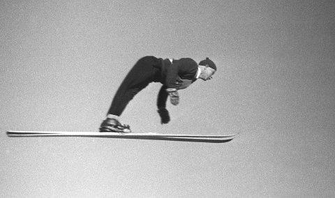 DEN STØRTE: Kong Harald V mener Birger Ruud, som her hopper i det 50. Holmenkollrennet i 1947, er Norges fremste idrettsutøver gjennom tidene. Foto: NTB arkiv / NTB