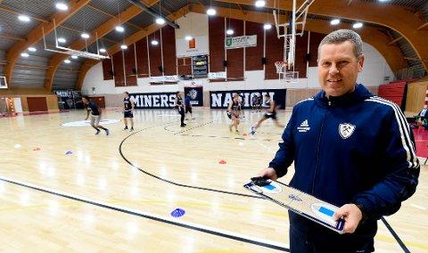 GLEDER SEG: Minerstrener Stein Erik Rotegård gleder seg over at basketsesongen endelig er i gang igjen og han lover at Miners skal kjempe helt i toppen. FOTO: OLE JOHN HOSTVEDT