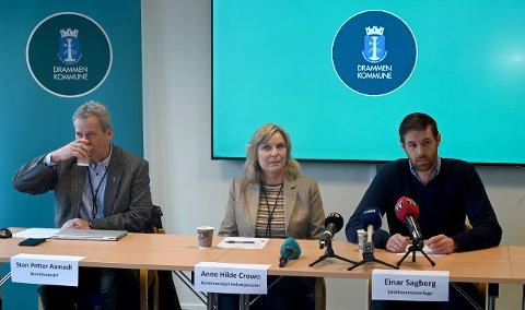 Beredskapssjef Sten Petter Aamodt (t.v.), kommunalsjef Anne Hilde Crowo og smittevernoverlege Einar Sagberg informerte tirsdag om de som er smittet av korona i Drammen.