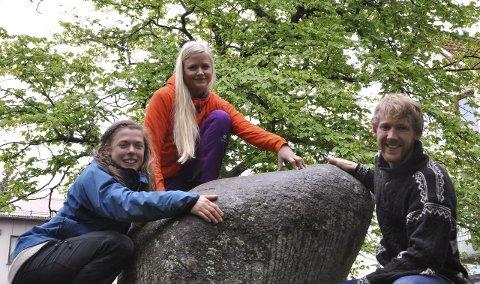 Klare for friluftsskole: Stina Johansson  (f.v.), Sigrid Victoria Wangsvik og Ørjan Køhl skal vise unger i hele Lofoten gleden av å være ute.Foto: Henning Johnsen