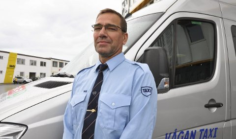 Sikkerhet: Nestleder Jørgen Tønseth i Vågan Taxi håper  folk vil bidra til å få på plass hjertestartere i drosjene i kommunen.
