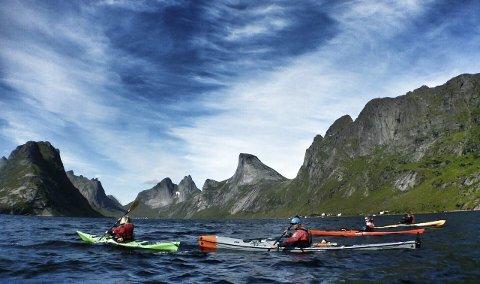 NATUR: Her er gruppen fra Hattvik Lodge på kajakktur med kamera, og får sett Lofoten fra sjøsiden. Foto: Merete Kvalsund